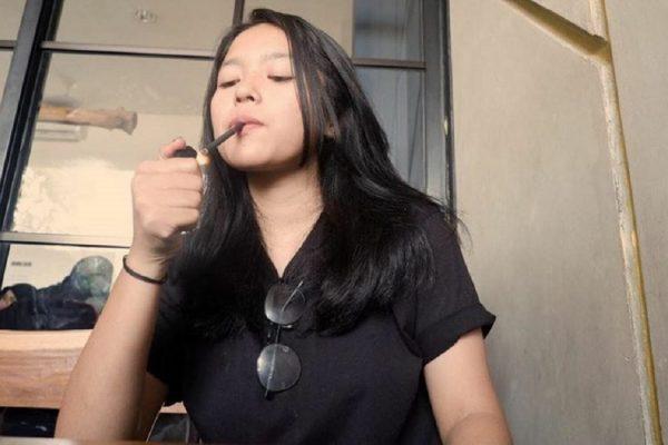 perempuan merokok