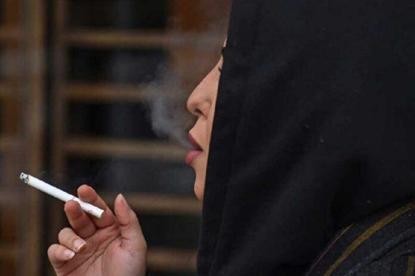 Perempuan merokok di arab saudi